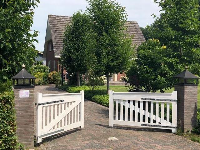 Afbeelding entree, hek, huis, bungalow, B&B Kanaalzicht Averlinde Bed and Breakfast Lettele