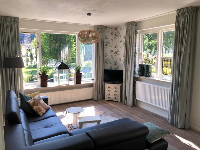 Bed and Breakfast Lettele Afbeelding woonkamer, tv, bank, huiskamer, keuken, uitzicht, hoekbank, zithoek, B&B Kanaalzicht Averlinde