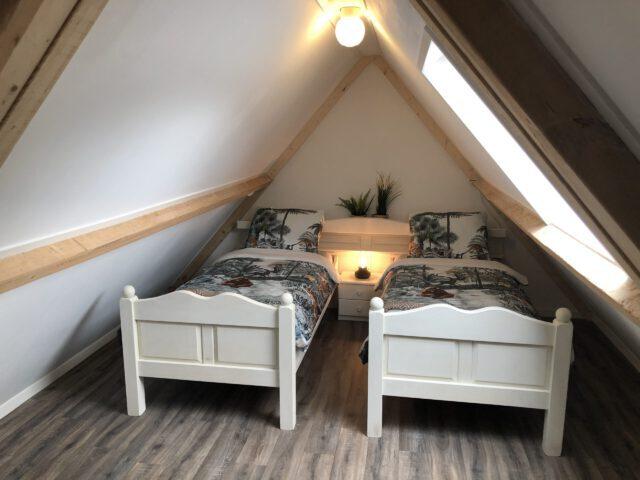 Bed and Breakfast Lettele Afbeelding slaapkamer, 2 persoons, bed, kussens, dekens, matras, boven, relax B&B Kanaalzicht Averlinde