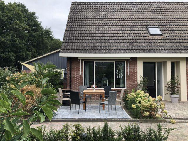 Bed and Breakfast Lettele Afbeelding huis, bungalow, tuin, terras, oprit, vuurkorf, buiten zitten, zon, B&B Kanaalzicht Averlinde